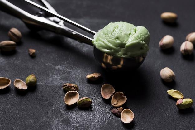 Cucharada de helado de pistacho sabroso primer plano