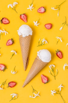 Cucharada de helado de vainilla blanca con cono