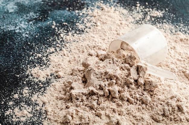 Cucharada de proteína de suero en la superficie. nutrición deportiva.