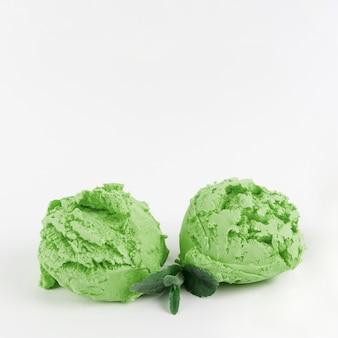 Cucharadas de delicioso helado verde