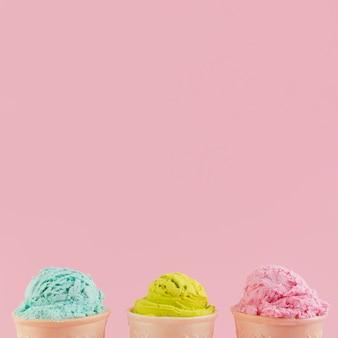 Cucharadas de helado multicolor