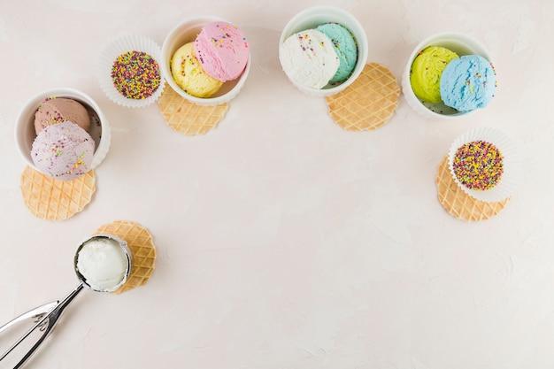 Cucharadas de helado y waffles