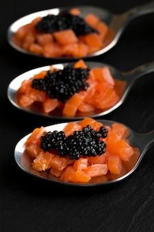 Cucharas de alto ángulo con caviar y pescado.