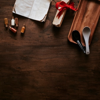 Cucharas cerca de ingredientes y pergamino