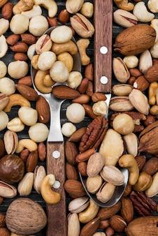 Cucharas llenas de variedad de nueces