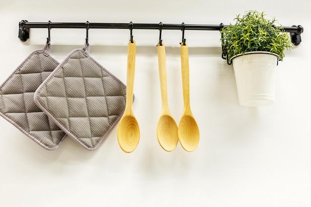 Cucharas de madera colgando en la cocina