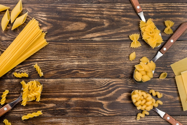 Cucharas con pasta en la mesa