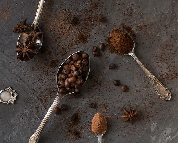 Cucharas de primer plano rellenas de café y especias.