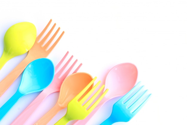 Cucharas y tenedores de plástico.