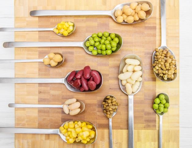 Cucharas con verduras y varios cereales.