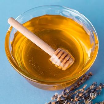 Cucharón de alto ángulo en tazón de miel
