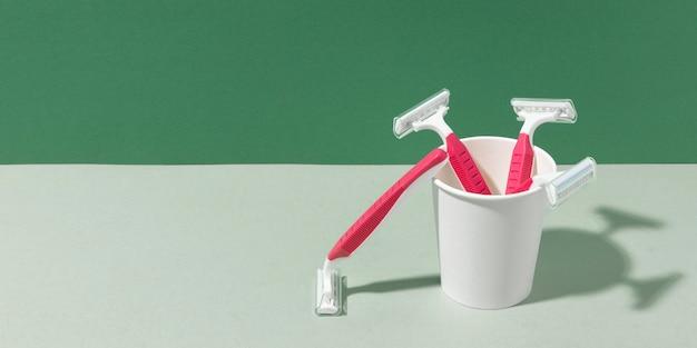 Cuchillas de afeitar en vaso de plástico