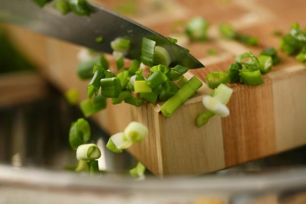 Cuchillo cortar vegetales en tabla de cortar