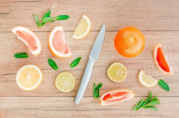 Cuchillo entre frutas en mesa