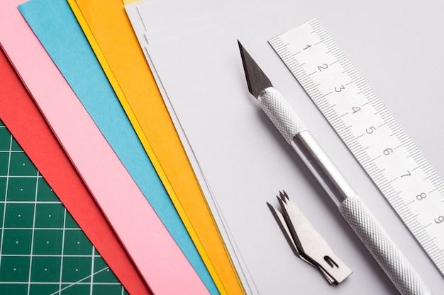 Cuchillo profesional y cuchillas sobre papeles