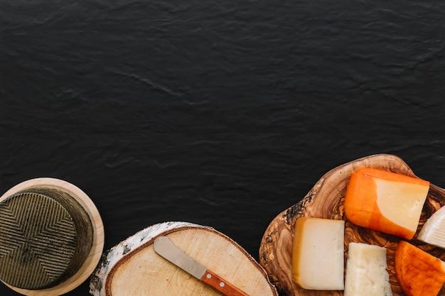 Cuchillo y queso en madera