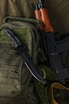 Cuchillo táctico de combate y mochila ak74
