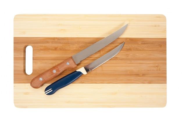 Cuchillos sobre la tabla de cortar