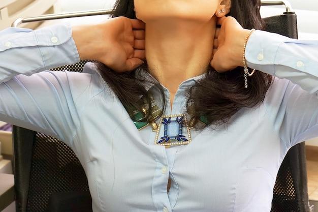 Cuello cansado oficinista mujer que sufre de dolor de cuello.