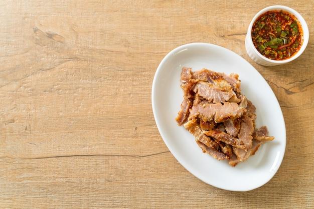 Cuello de cerdo a la parrilla o cuello de cerdo hervido al carbón con salsa picante tailandesa