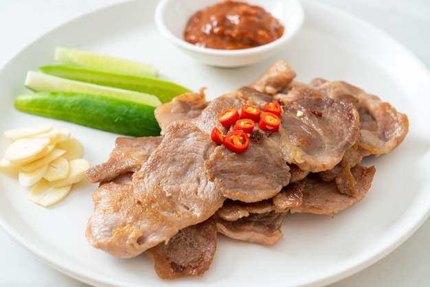 Cuello de cerdo a la parrilla en rodajas en un plato al estilo asiático