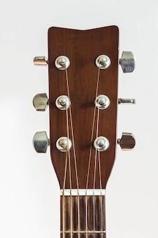 Cuello de guitarra acústica sobre blanco.