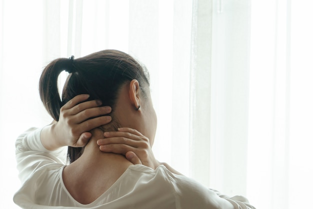 Cuello, lesión en el hombro, mujer dolorosa que sufre de una atención médica y de un concepto de recuperación de medicamentos.