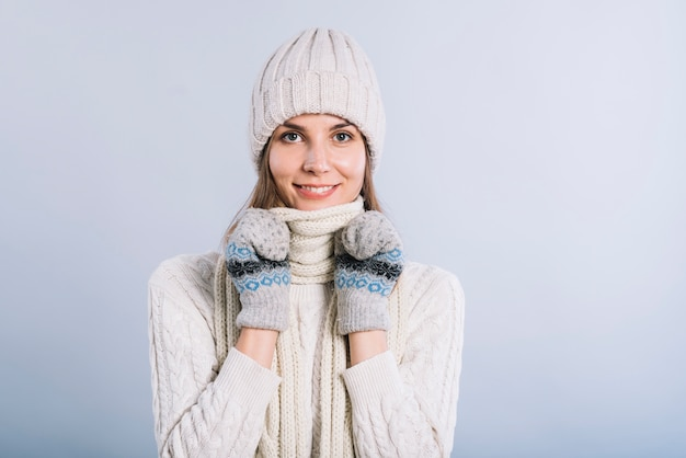 Cuello de mujer con bufanda.