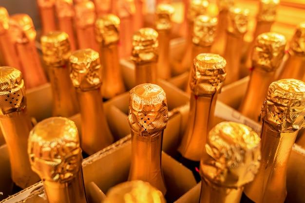Cuellos de botella de vino de oro, primer plano de una caja de champaña