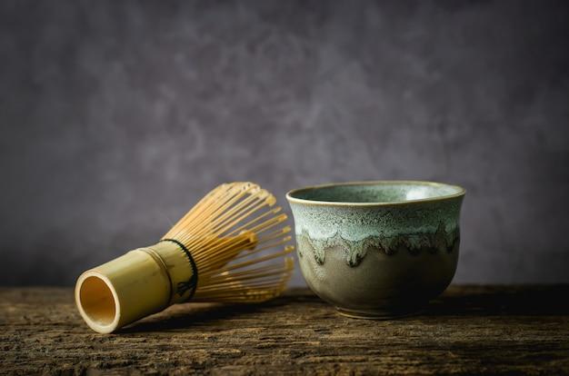 Cuenco de arcilla con batidor de bambú