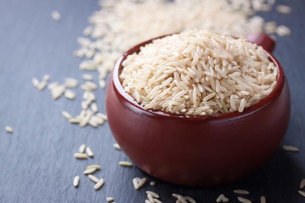 Cuenco de arroz sin cocinar Foto gratis