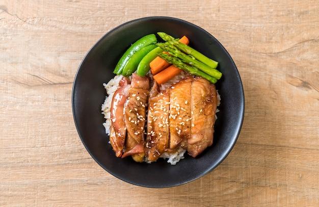 Cuenco de arroz con pollo teriyaki