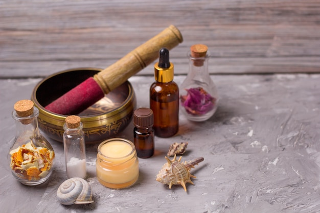 Cuenco cantor, vela, sal marina, ingredientes naturales secos, conchas marinas, aceites aromáticos.