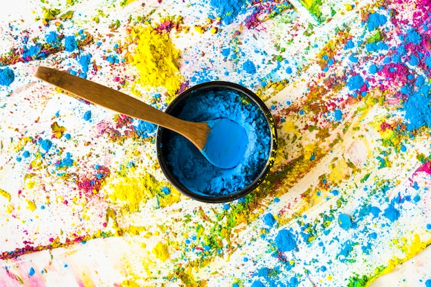 Cuenco con color azul seco entre colores brillantes.