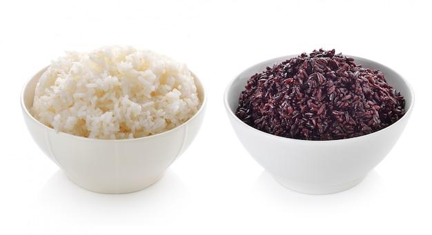 Cuenco lleno de arroz sobre fondo blanco