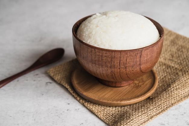 Cuenco de madera de arroz listo para comer.