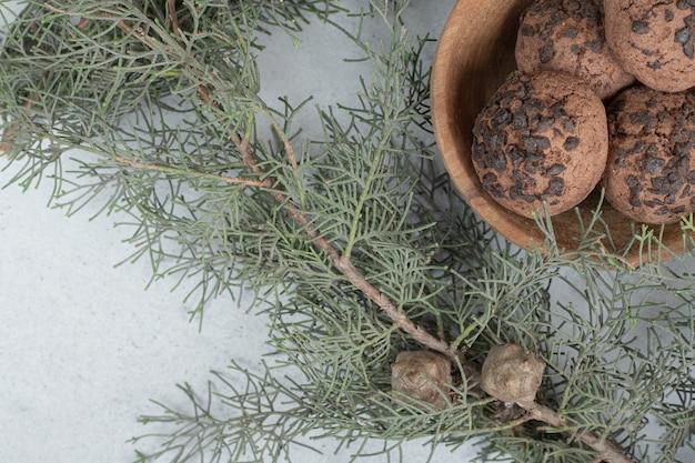 Un cuenco de madera con galletas de chocolate con árbol de navidad