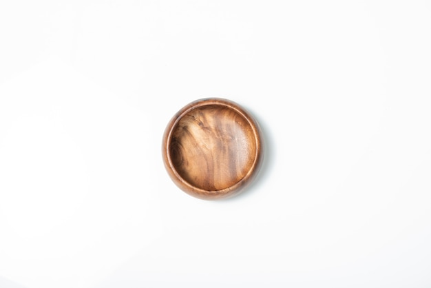 Cuenco de madera vacío aislado en blanco, vista superior.