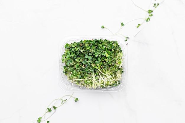 Cuenco de microgreens en mármol blanco. concepto de superalimento