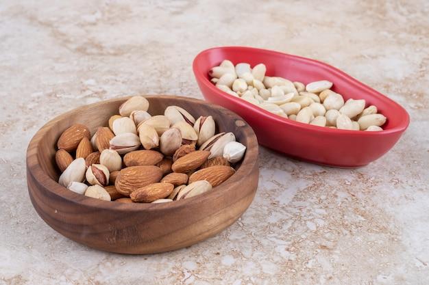 Cuencos de almendras, pistachos y cacahuetes