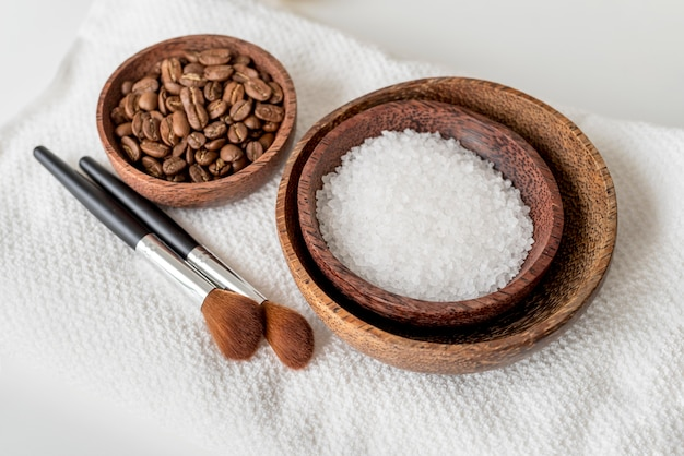 Cuencos de alto ángulo con sal y granos de café.
