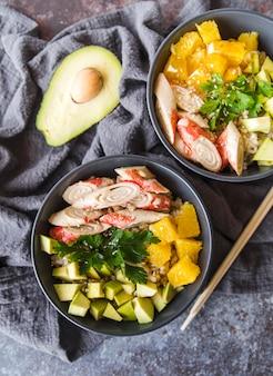 Cuencos de arroz con aguacate y verduras.
