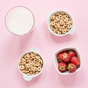 Cuencos con cereales y frutas.