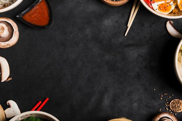Cuencos de comida de estilo asiático con palillos y espacio de copia para escribir el texto
