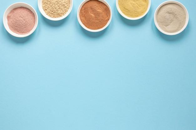 Cuencos llenos de arena coloreada copia espacio
