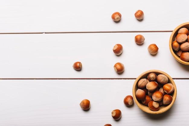 Cuencos con nueces en la mesa