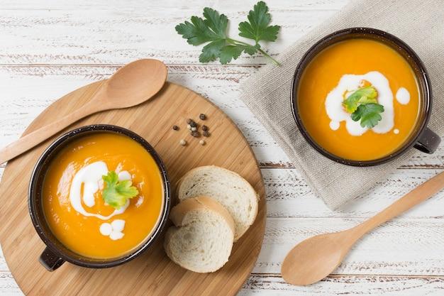 Cuencos planos con sopa de crema de calabaza