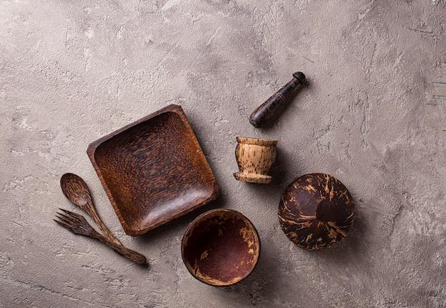 Cuencos y platos hechos de cáscara de coco.