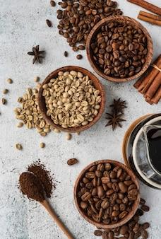 Cuencos de vista superior con granos de café