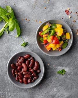 Cuencos de vista superior con verduras